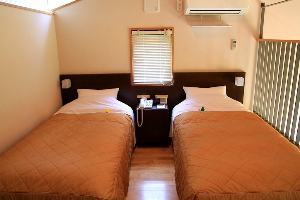 2階寝室(シングルベッド2台)