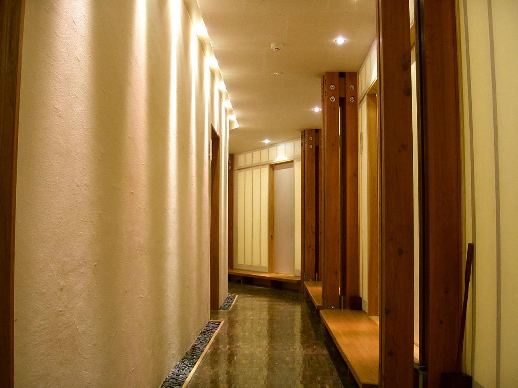 通路(右側に各部屋の入口が並ぶ)